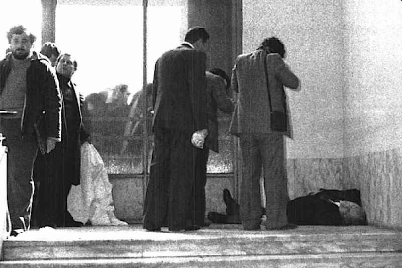 Il corpo di Vittorio Bachelet, ucciso il 12 febbraio 1980 dalle Brigate rosse all'interno dell'Università di Roma.