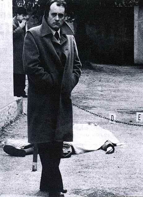Alfredo Albanese, commissario di polizia, fotografato davanti al corpo di Sergio Gori ucciso dalle Br il 29 gennaio 1980.