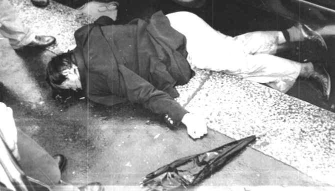 Il corpo di Walter Tobagi, ucciso il 28 maggio 1980 a Milano dalle Brigate rosse.