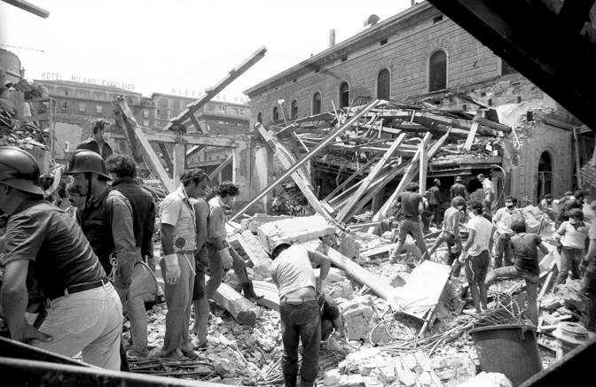 La distruzione della stazione di Bologna dopo l'attentato del 2 agosto 1980.