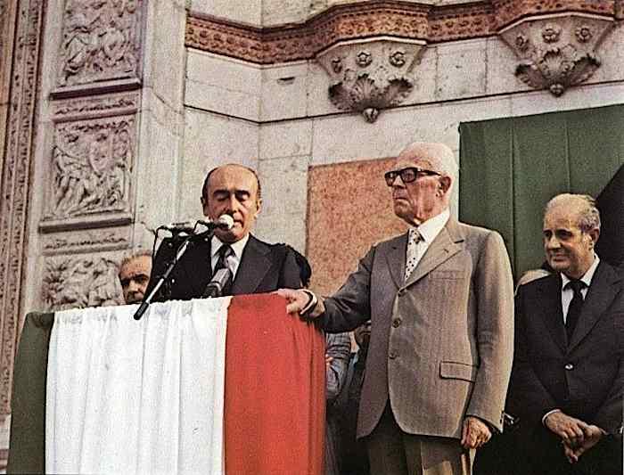 Il sindaco di Bologna, Renato Zangheri, e il Presidente Pertini durante i funerali in piazza Maggiore a Bologna.