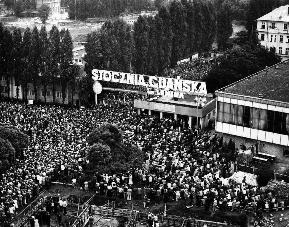 I cittadini di Danzica nell'agosto 1980 portano il loro sostegno agli operai in lotta nei cantieri Lenin.