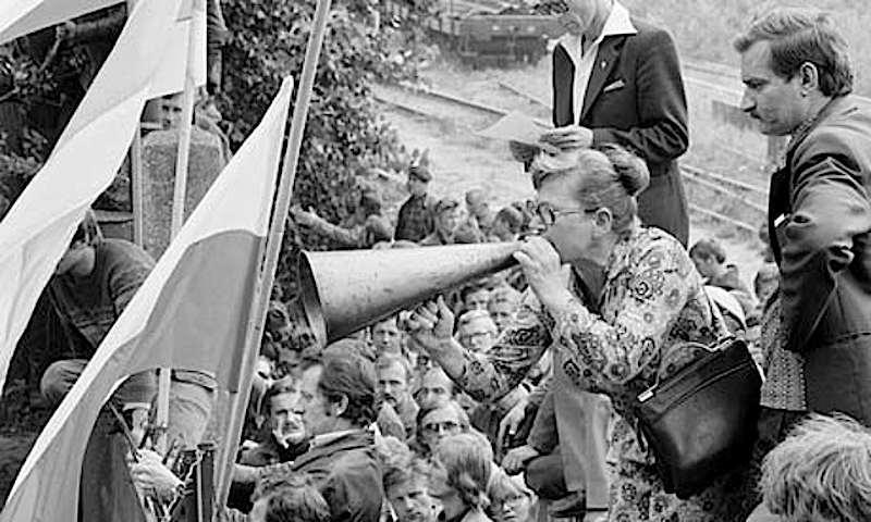 Nei cantieri di Danzica occupati, al fianco di Lech Walesa prende la parola Anna Walentynowicz, licenziata il 7 agosto per attività sindacale illegale, animatrice della lotta operaia.