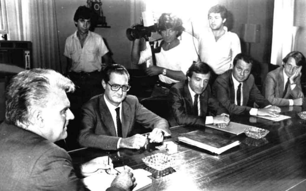 Il ministro del Lavoro Foschi (a sinistra) riceve la delegazione Fiat capeggiata dall'amministratore delegato Romiti (secondo da sinistra).