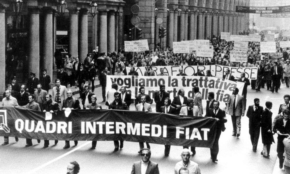 """La """"marcia dei quarantamila"""" sfila per il centro di Torino."""