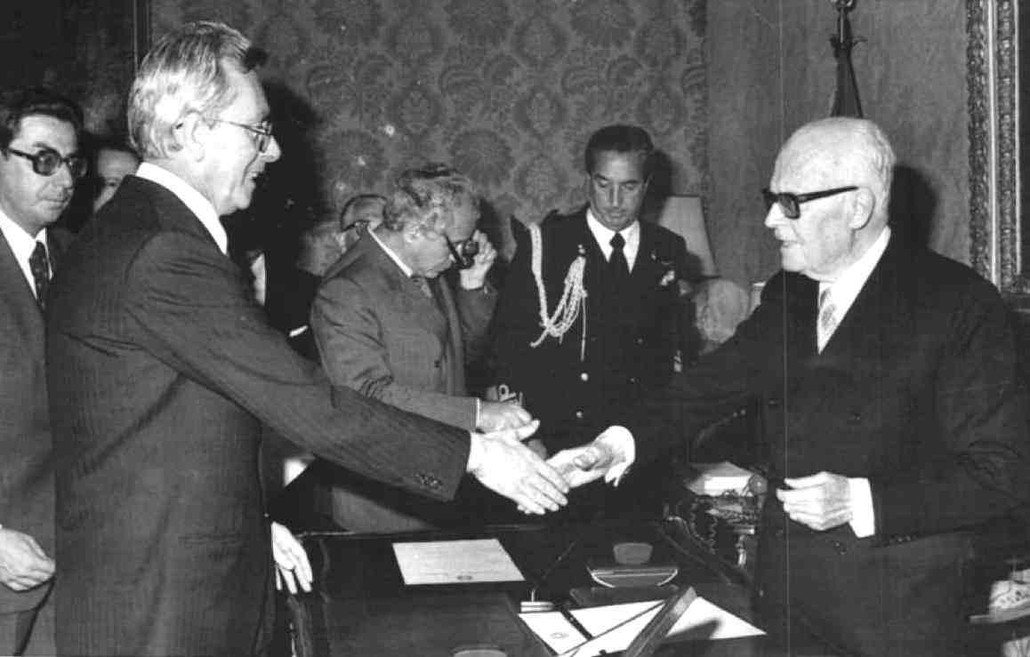 Arnaldo Forlani forma il suo I governo giurando davanti al Presidente Pertini.