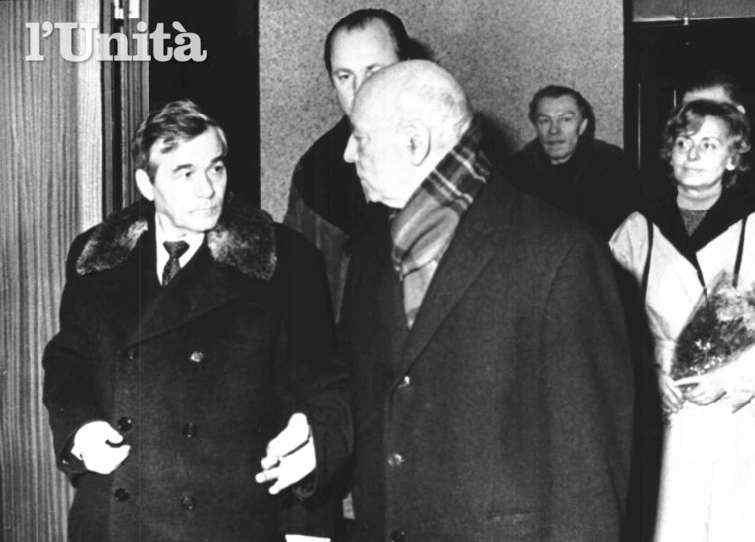 Giancarlo Pajetta (al centro nella foto), delegato del Pci, viene impedito di intervenire al congresso del Pcus e potrà esprimere le posizioni del suo partito solo al Palazzo dei sindacati sovietici.