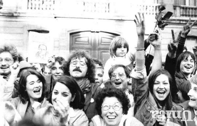 Sostenitori socialisti festeggiano la vittoria di François Mitterrand su Giscard d'Estaing.