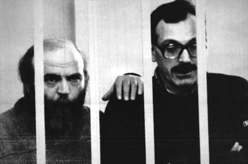 I terroristi neri Concutelli (a sinistra) e Tuti nel carcere di Novara strangolano Ermanno Buzzi, condannato per la strage di Brescia.