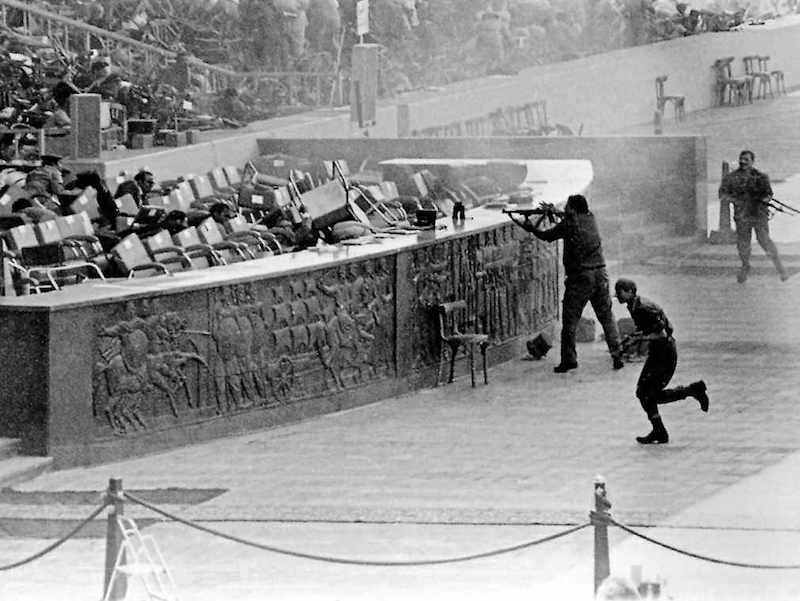 Il 6 ottobre 1981, durante una parata commemorativa della guerra del Kippur, viene ucciso il Presidente egiziano Sadat; con lui morirono nove persone.
