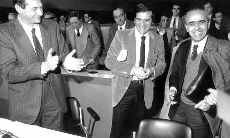 Lama (a sinistra) accoglie al X congresso della Cgil gli altri segretari confederali Carniti (a destra) e Benvenuto.