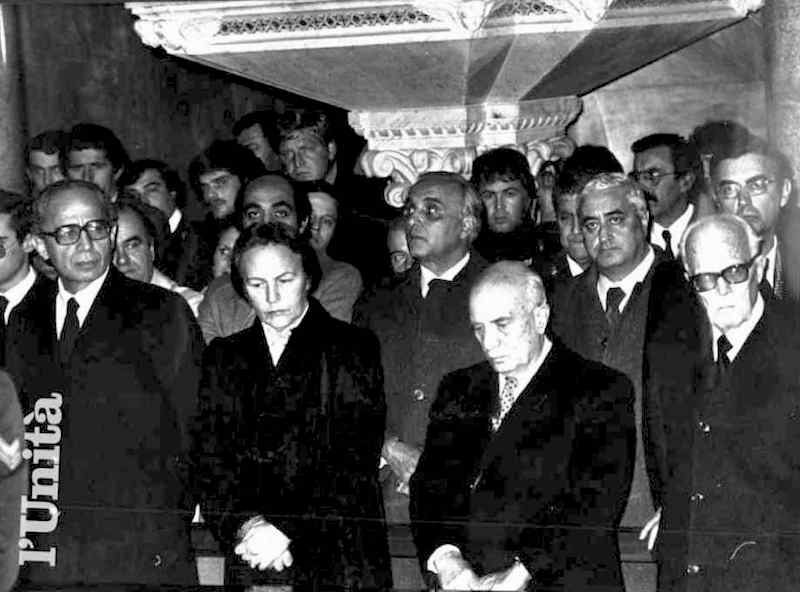 Durante lo scontro con il terrorista nero Alessandro Alibrandi, muore il poliziotto Ciro Capobianco; in foto i suoi funerali alla presenza delle massime autorità dello Stato.