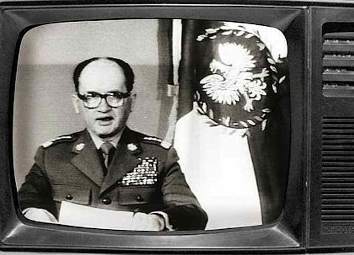 Il gen. Jaruzelski il 13 dicembre 1981 dagli schermi tv proclama la legge marziale in Polonia.