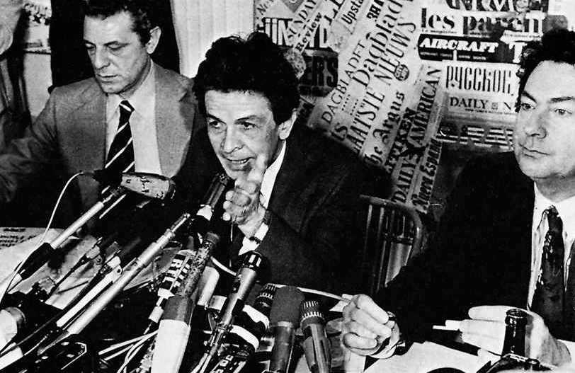 Berlinguer in una conferenza con la stampa straniera.