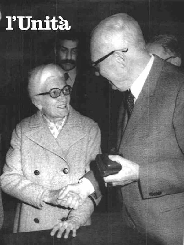 Camilla Ravera con il Presidente Pertini che l'8 gennaio 1982 la nominò senatrice a vita.