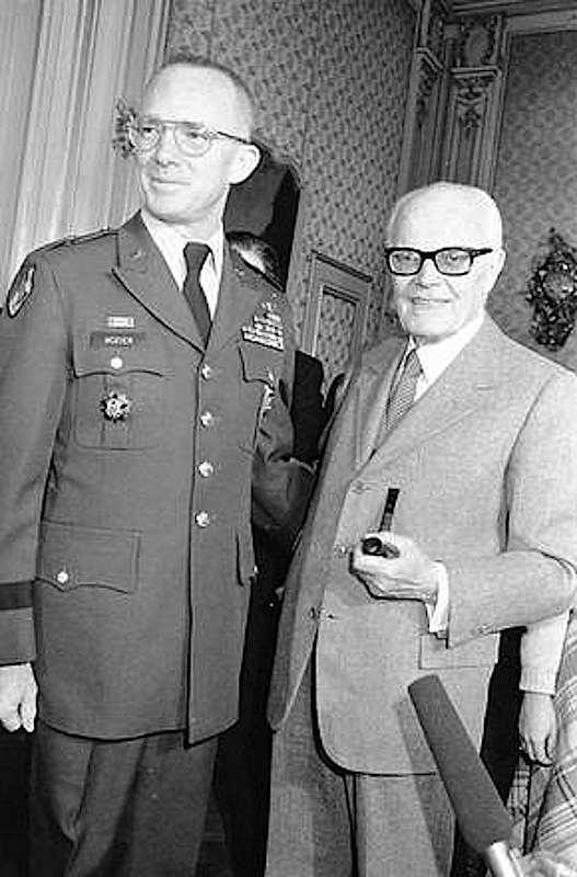 Il generale James Lee Dozier, sequestrato dalle Br, viene liberato dai Nocs il 28 gennaio 1982; nella foto è con il Presidente Pertini subito dopo la liberazione.