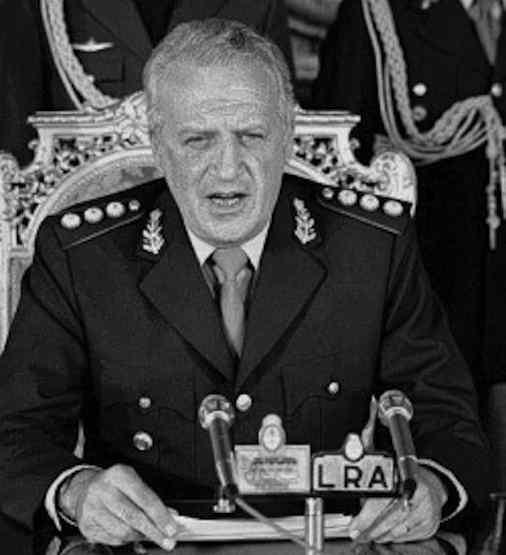 Il dittatore argentino gen. Galtieri ordina l'occupazione militare delle isole Falkland.