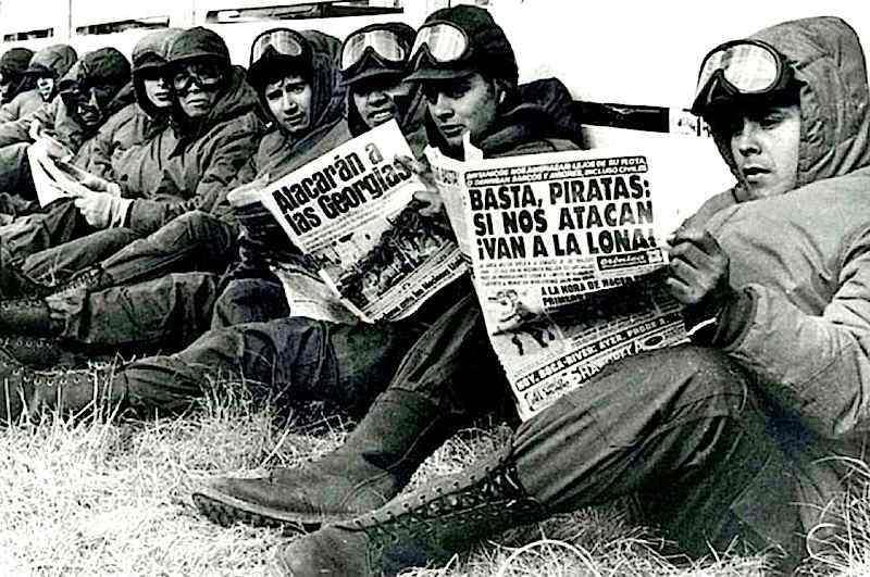 Soldati argentini caricati dalla propaganda governativa sulle isole Malvinas (Falkland in inglese).