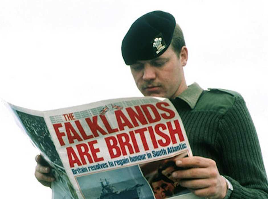 Soldato inglese pungolato dalla propaganda governativa britannica sulla questione Falkland.