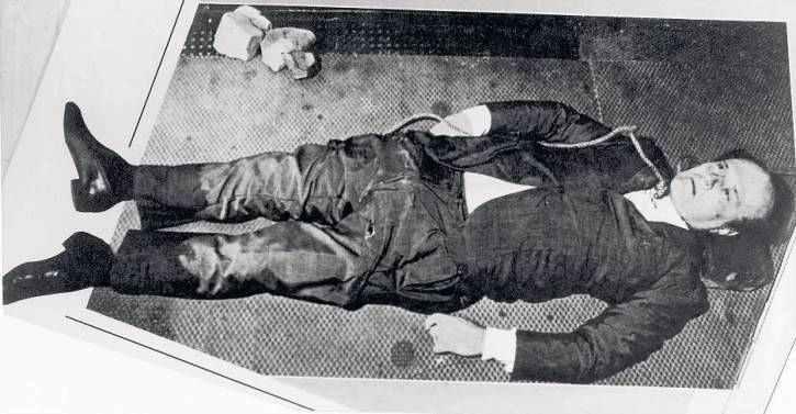 Il corpo di Roberto Calvi trovato impiccato a Londra sotto il ponte dei Frati neri.