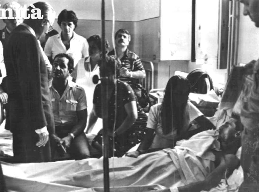 Il ministro Lagorio visita un ferito nello scontro tra brigatisti e militari dell'esercito a Salerno il 26 agosto 1982.