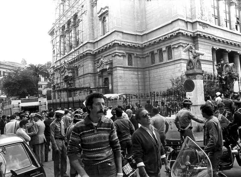 In un attentato terroristico palestinese alla Sinagoga di Roma il 9 ottobre 1982 viene ucciso il bimbo di 2 anni Stefano Gay Tachè. Nella foto la scena subito dopo l'attentato.