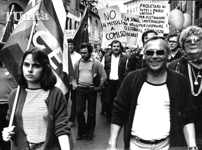 Il 17 dicembre 1982 a Comiso sfilano i partecipanti alla marcia antinucleare che ha attraversato tutta l'Italia.