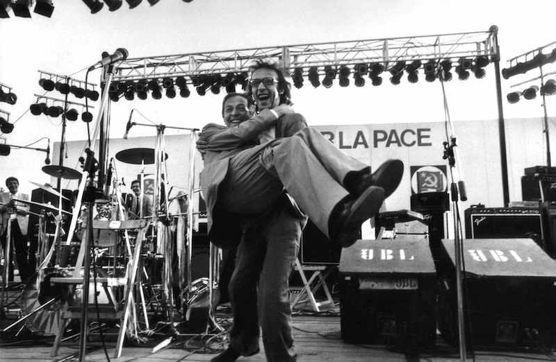 Benigni con Berlinguer in braccio alla festa dei giovani del 16 giugno1983 a Roma.