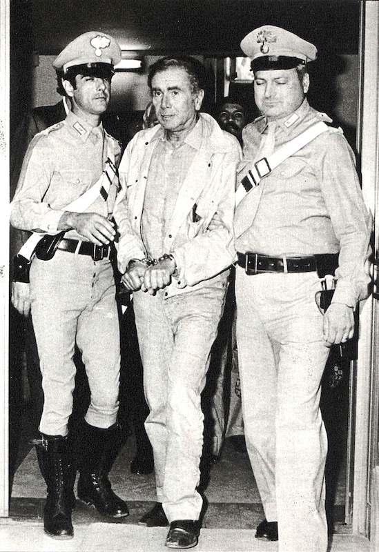 L'arresto del presentatore tv Enzo Tortora accusato di spaccio di droga nell'ambito della rete camorristica. Clamoroso caso di malagiustizia, Tortora verrà assolto con formula piena solo nel settembre 1986.