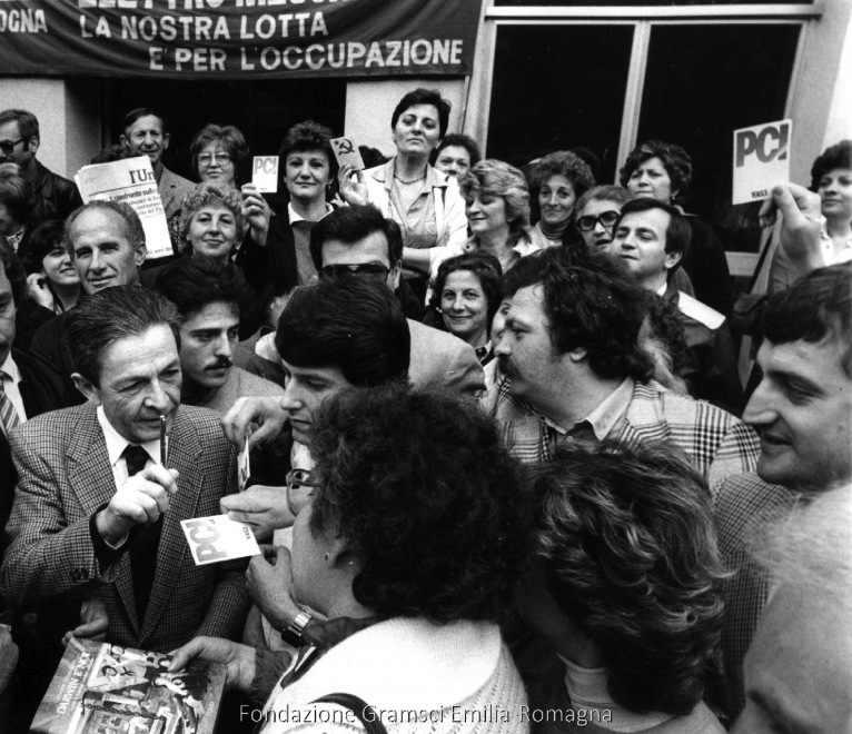 Berlinguer alla Ducati di Bologna durante la campagna elettorale.