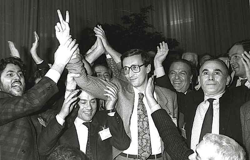 Gianfranco Fini esulta per la sua elezione a segretario del Msi nel congresso del 1987.