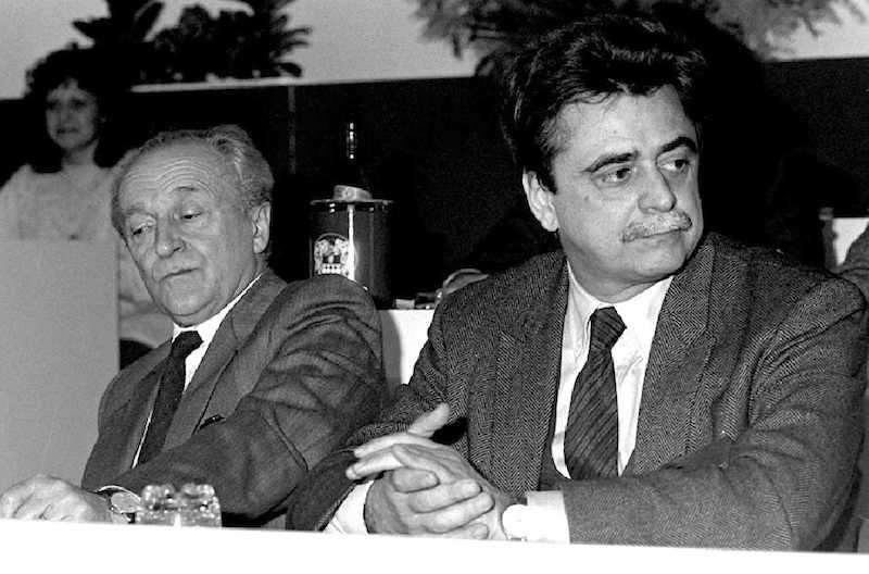 Achille Occhetto (a destra), nuovo segretario del Pci dal 21 giugno 1988, con il suo predecessore Alessandro Nata.