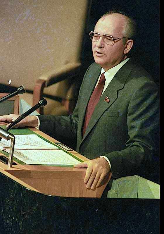 Il leader sovietico Gorbaciov, all'Assemblea generale dell'Onu del 7 dicembre 1988, annuncia il ritiro di 500.000 soldati sovietici dall'Europa e dall'Asia.