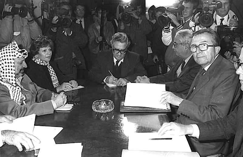 Durante la sua visita in Italia nel dicembre 1988, il leader palestinese Arafat incontra il ministro degli esteri Andreotti.