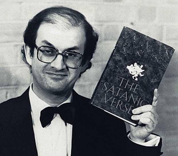 """Salman Rushdie, autore dei """"Versetti satanici"""" per i quali fu colpito dalla """"fatwa"""", condanna a morte per blasfemia."""