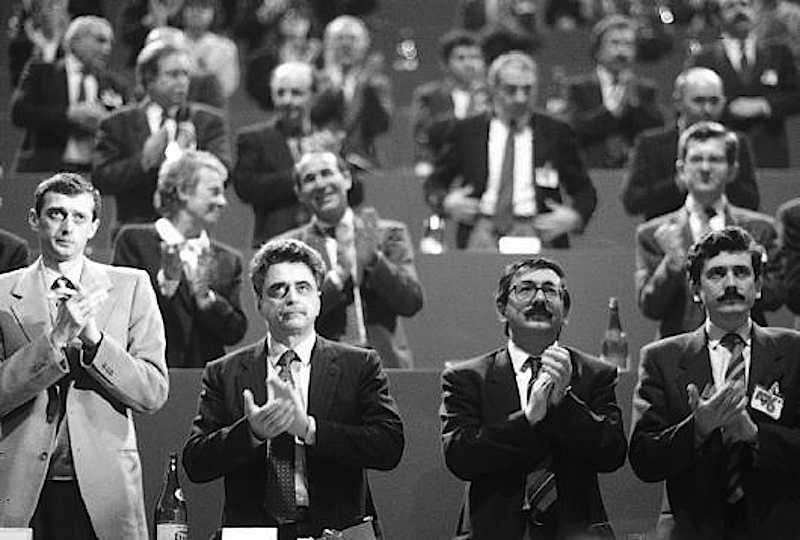 Achille Occhetto (secondo da destra), eletto segretario del Pci nel XVIII congresso del marzo 1989, con altri dirigenti del nuovo corso del partito.