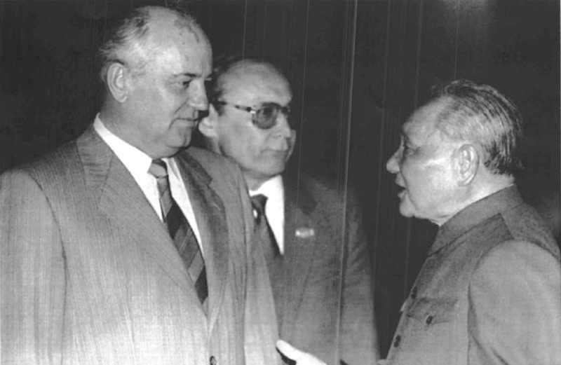 Gorbaciov, in visita ufficiale in Cina, incontra il leader cinese Deng Hsiao Ping (a destra nella foto).