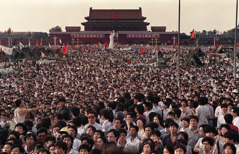 A Pechino in piazza Tien an men migliaia di giovani protestano nel giugno 1989 contro l'autoritarismo del regime comunista.