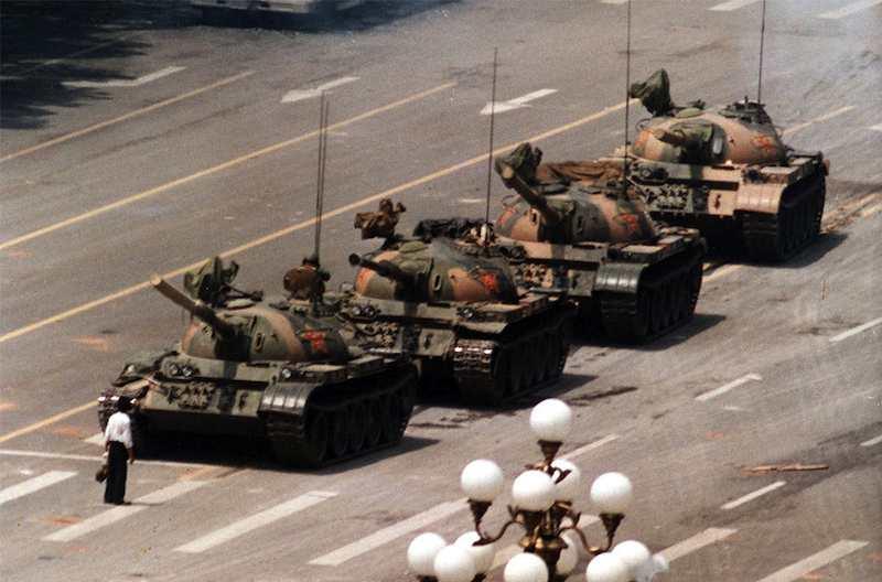 Un solitario manifestante cerca di bloccare una colonna di carri armati inviati a reprimere la protesta di piazza Tien an men.