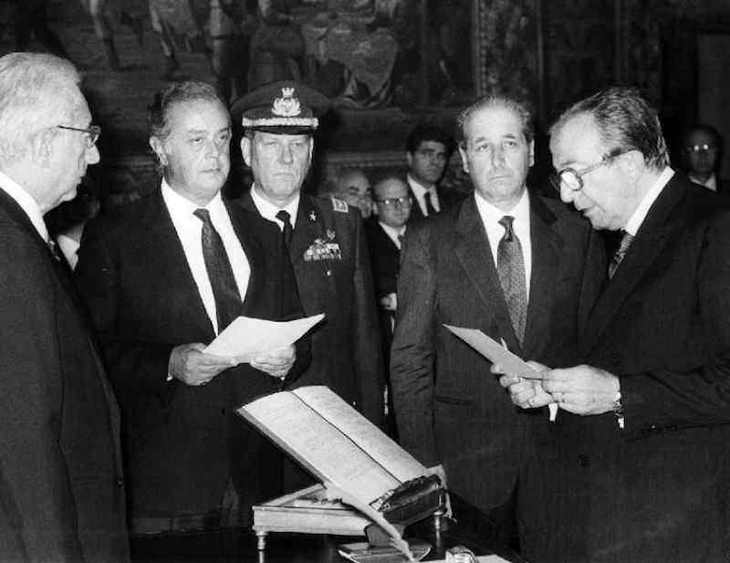 Giulio Andreotti giura davanti al presidente Cossiga per la formazione del suo VI governo.