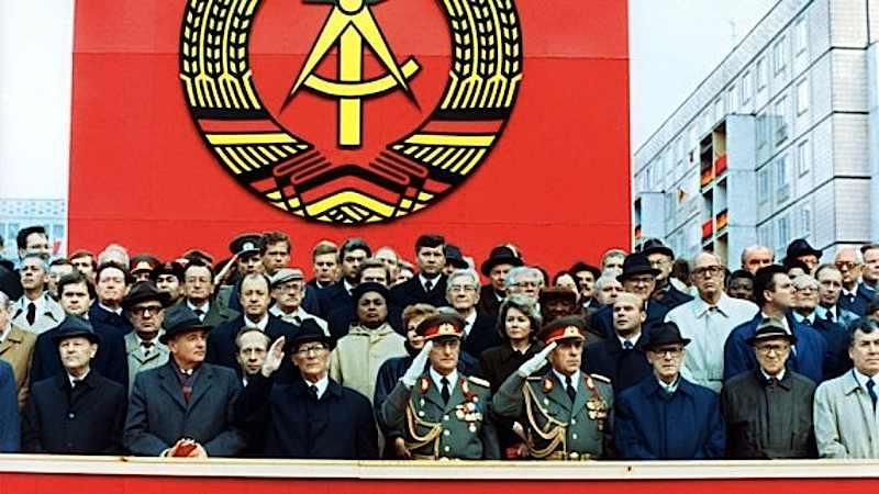 Il palco delle autorità a Berlino durante i festeggiamenti per il 40° anniversario della Rdt. È presente anche il leader sovietico Gorbaciov (secondo da sinistra).