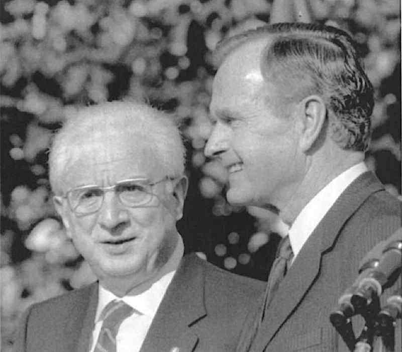 Cossiga in visita ufficiale negli Usa nell'ottobre 1989 viene accolto dal presidente Bush.