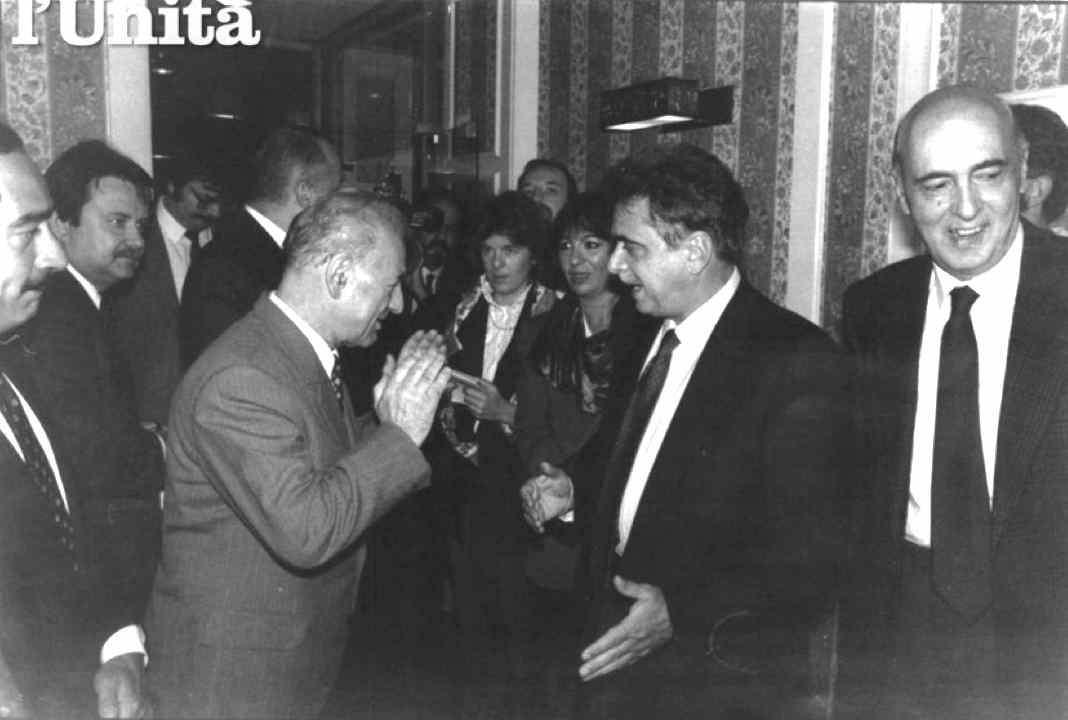 Achille Occhetto, segretario del Pci, e Giorgio Napolitano in visita in Ungheria vengono calorosamente accolti da Rezso Nyers, presidente del Partito Socialista Ungherese.