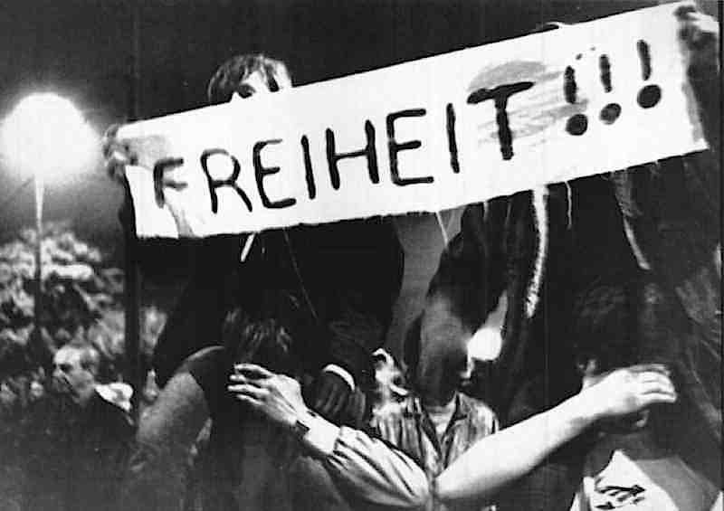 In ottobre a Lipsia (Germania Est) si moltiplicano manifestazioni popolari contro il regime oppressivo.