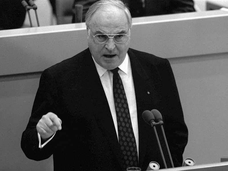 Helmut Kohl, cancelliere della Germania occidentale, il 28 novembre 1989 espone al Bundestag il suo piano in 10 punti per la riunificazione della Germania.