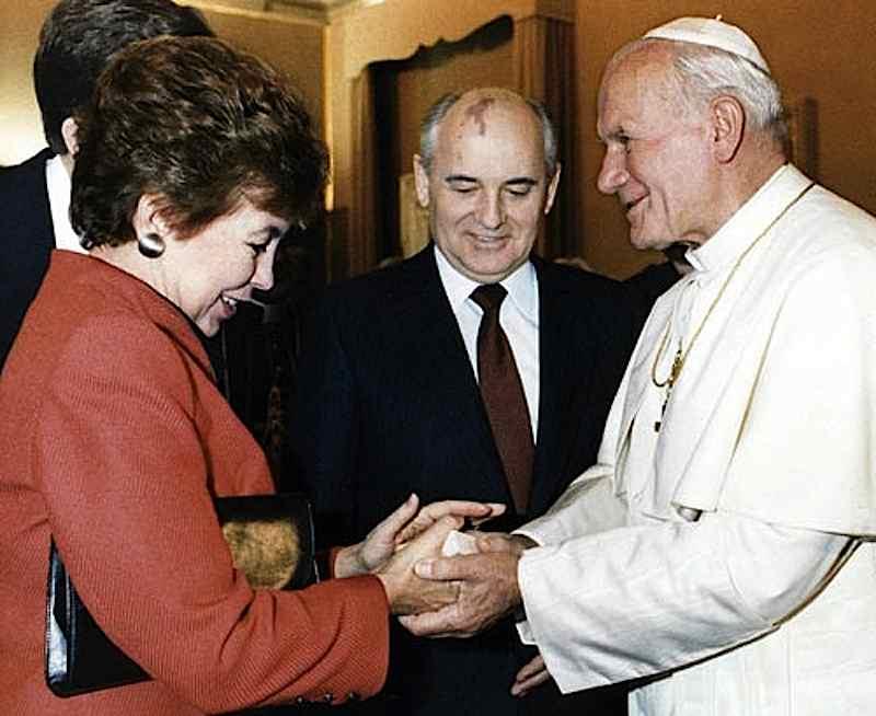 Gorbaciov, in viaggio ufficiale in Italia dal 29 novembre 1989, rende visita con la moglie Raissa al papa Giovanni Paolo II.