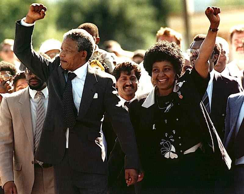 Dopo 27 anni di prigionia viene scarcerato in Sudafrica il leader anti-apartheid Nelson Mandela.
