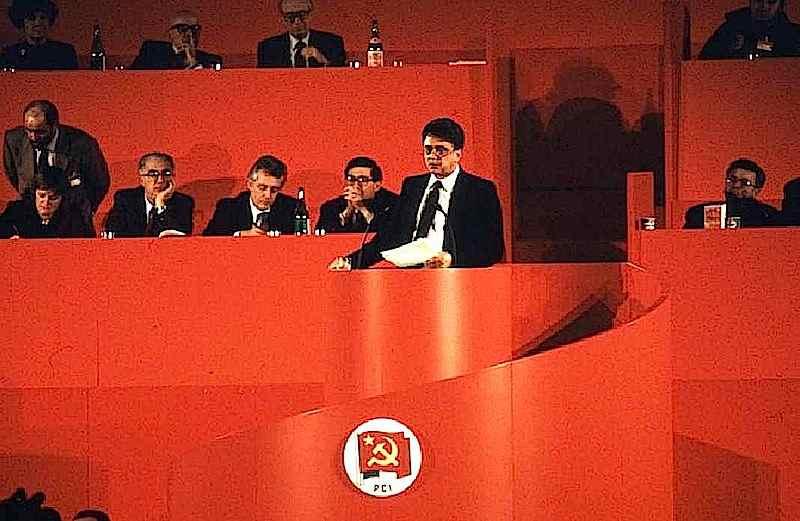 Achille Occhetto alla tribuna del XIX congresso del Pci nel marzo 1990.