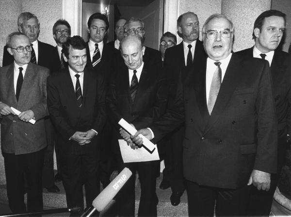 I tre leader della coalizione Alleanza per la Germania, che vincerà le elezioni del 18 marzo 1990 in Germania Est, incontrano a Berlino Ovest il cancelliere Helmut Kohl (a destra nella foto) all'inizio della campagna elettorale.