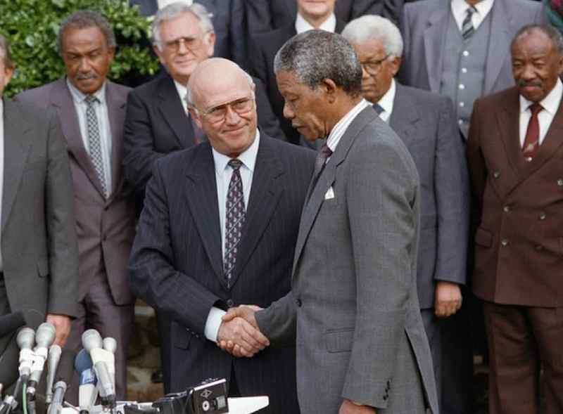 Il 7 giugno in Sudafrica il presidente De Klerk annuncia riforme costituzionali secondo le richieste del movimento antiapartheid capeggiato da Nelson Mandela (a destra nella foto  mentre stringe la mano a De Klerk).